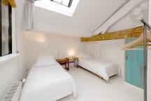 Bedroom 3 : queensize bed (or twins, depending on your needs)