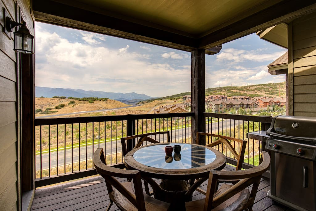 Balcony to enjoy amazing mountain views - BBQ, table and chairs