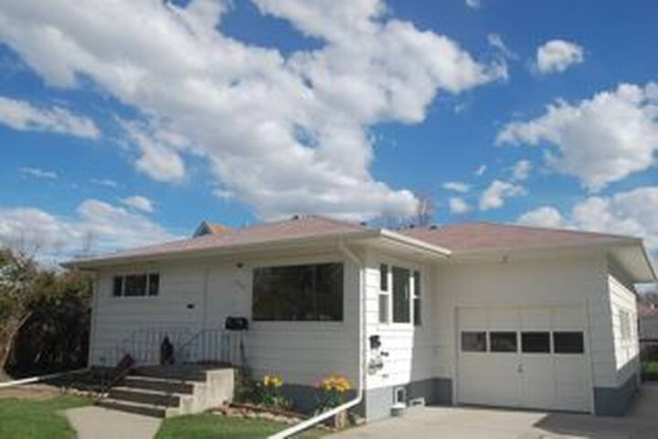 Nice 2 bedroom unit with new flooring and kitchen!