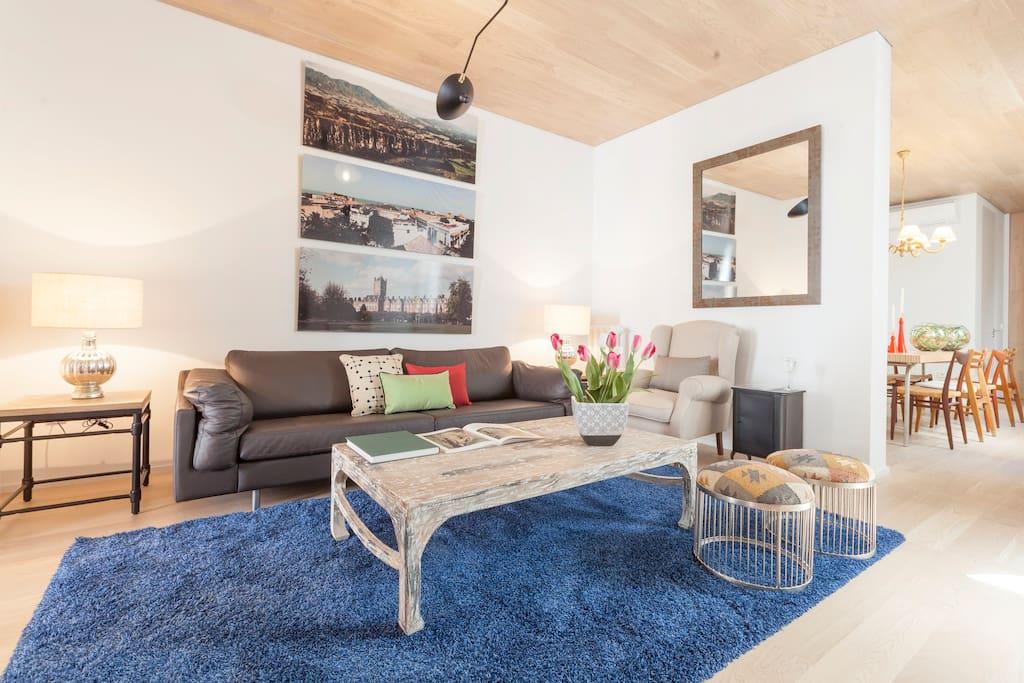 La entrada conduce a un amplio salón que está dividido en dos ambientes.