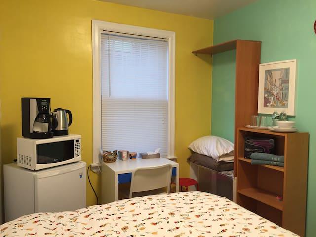 Yellow cozy room near metro R102