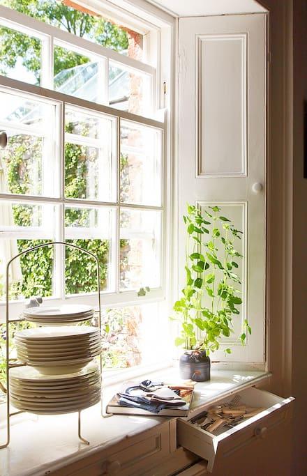 BALLILOGUE HOUSE - ELEGANT SASH WINDOW IN FARMHOUSE KITCHEN