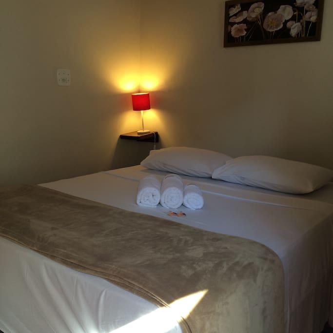 Suite Basic com cama Queen Size e banheiro privado