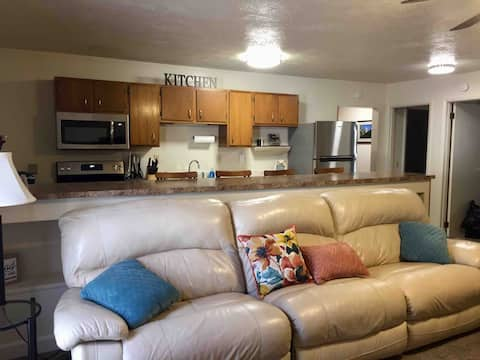 Creekside Cottage Convenient loc  Extended Stay