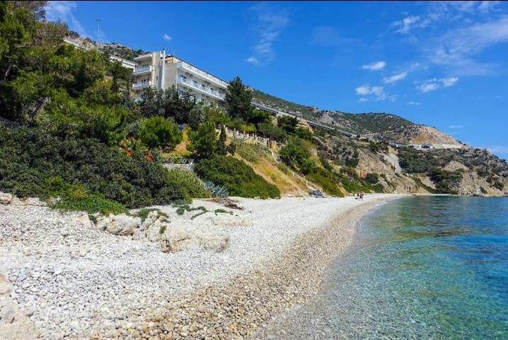 'Hotel Cokkinis'' is situated in a dreamlike natural environment, just 50 Km from Athens city centre.
