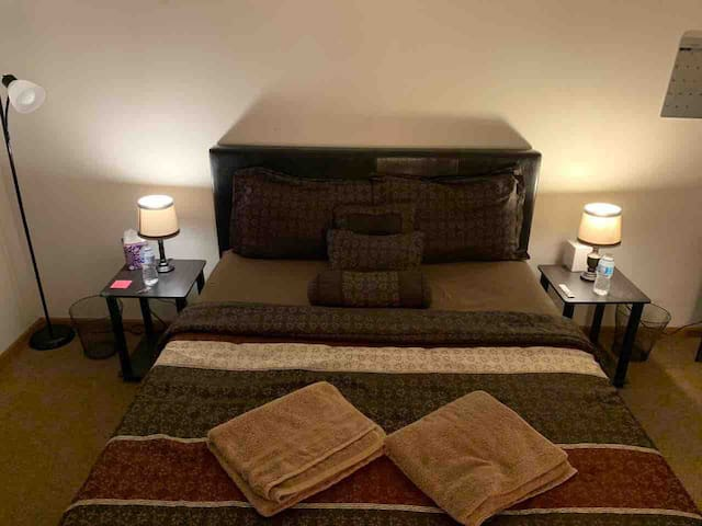 Great Bedroom in Downtown, TWO min from Gannon