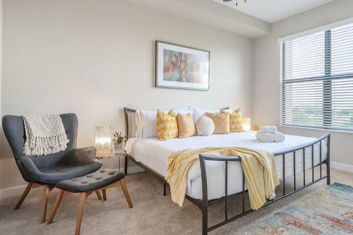 """The Topaz"" - Luxury Apartment w/Pool"