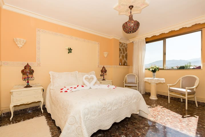 Dormitorio principal, con vistas a Granada y Sierra Nevada.