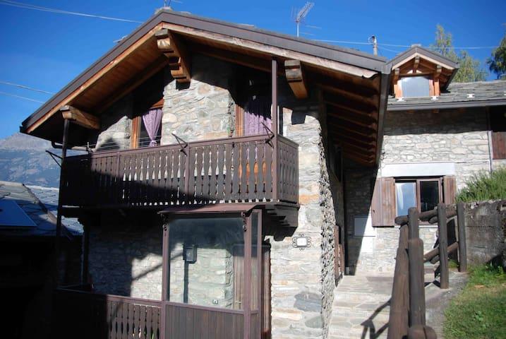 Bilocale in borgo storico - Charvensod - House