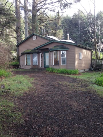 Cozy Coastal Yachats Cabin on 101 - Yachats - Hytte