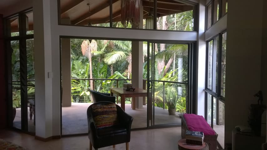 Private rainforest hideaway overlooking large pool - Forest Glen