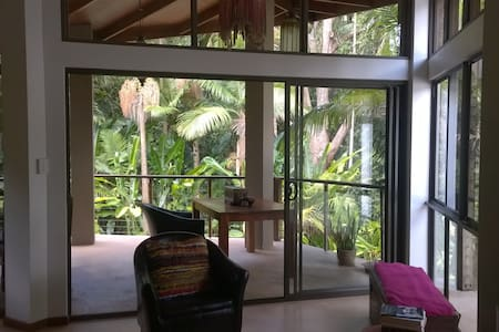 Private rainforest hideaway overlooking large pool - Forest Glen - 独立屋