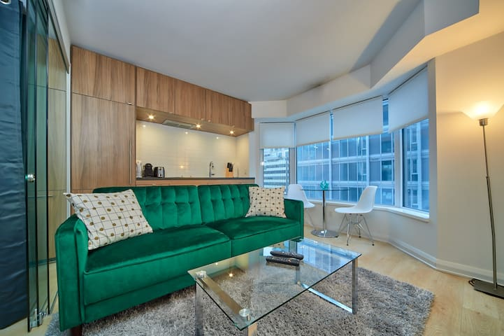 YORKVILLE EMERALD HOTEL STYLE SUITE BY UofT & ROM