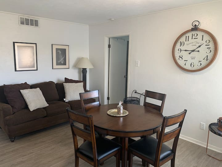 Relax / Work in Sunny 2br in the Heart of Oak Lawn
