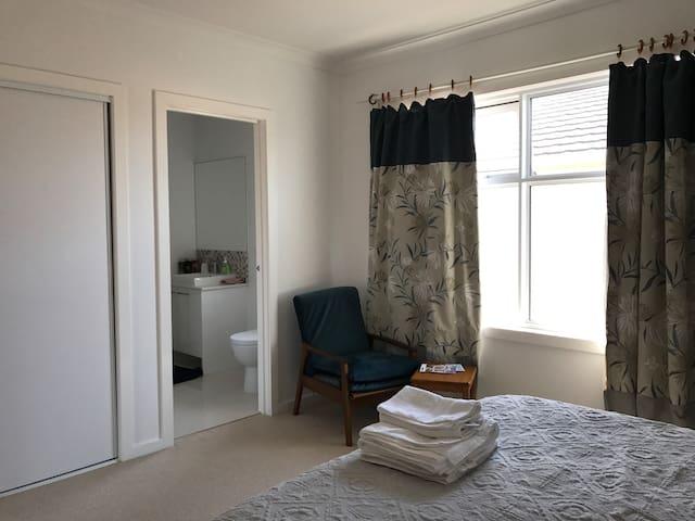 *Freeway Haven* queen bed with Ensuite bathroom