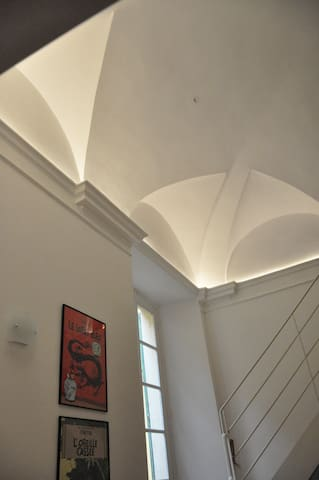 6 meter ceiling above dining area