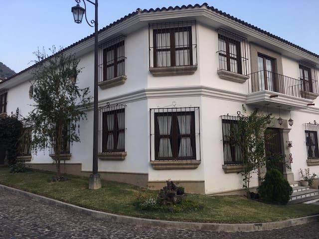 Amplia Casa Colonial 4 Dormitorios - Jocotenango - Hus