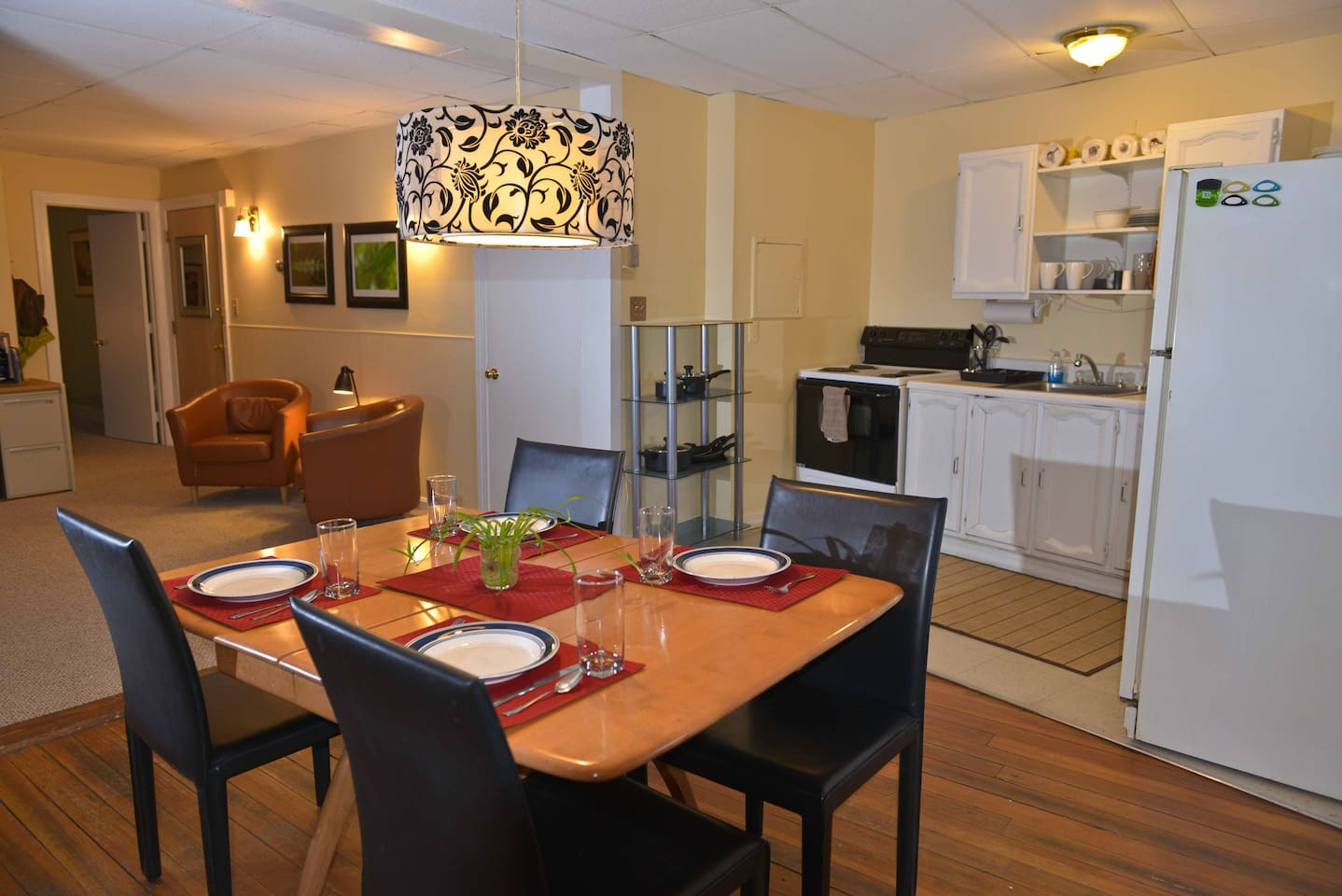 Fully equipped kitchen and a big table to spread out a nice meal!