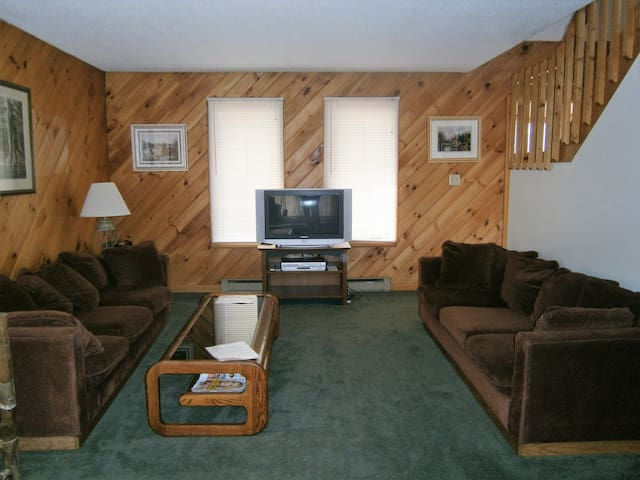 Lovely ChimneyHill Chalet, Pool/Jacuzzi, Mt Snow