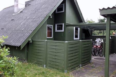 Sommerhus/hytte ved surfstrand - Hemmet - Blockhütte