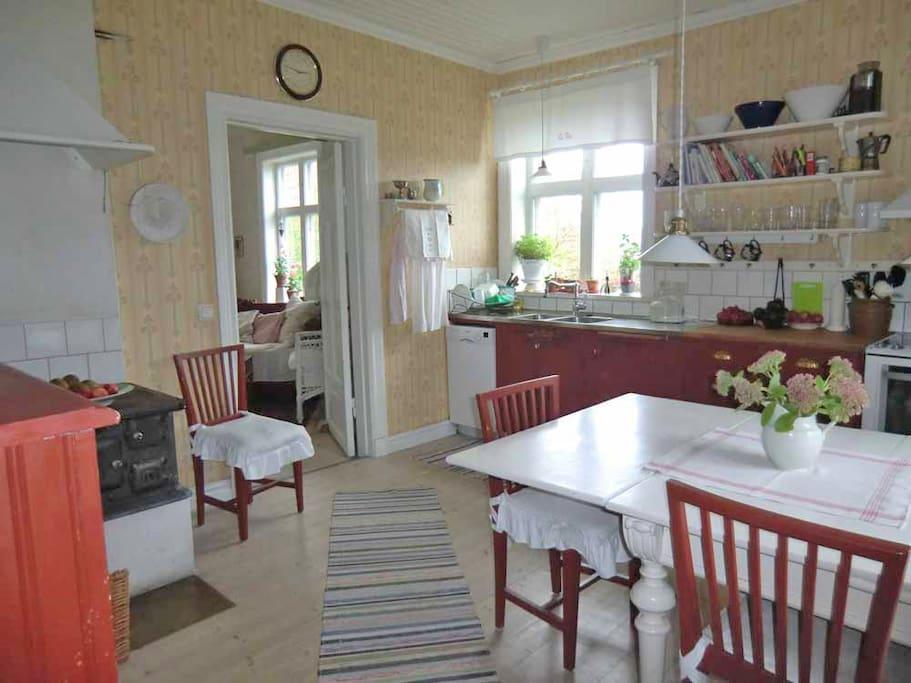 Det lantliga köket har en mindre diskmaskin, kyl och frys, elektrisk spis, mikro och vattenkokare.