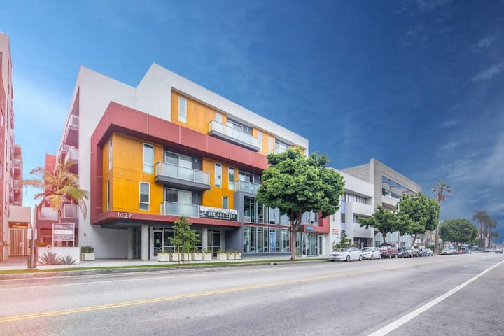 Tastefully Designed, Top Floor 1Bedroom + Parking in Downtown Santa Monica 508