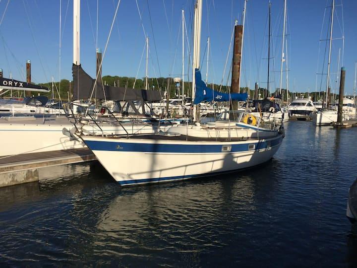 Enjoy marina life on 31ft sailing yacht in Hamble