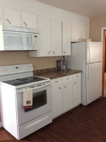 Updated bungalo close to town/beach