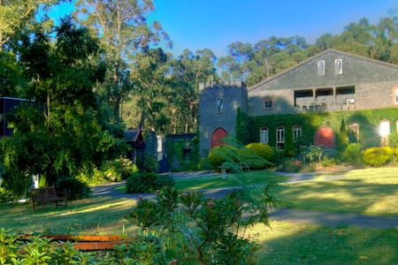 Avalon Castle - Bed and Breakfast - Cockatoo - Schloss
