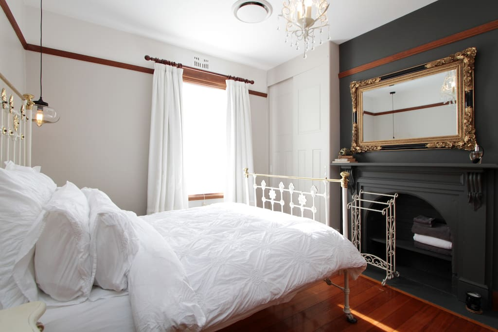 central location chambre bordeaux tranquil retreat tasmania. Black Bedroom Furniture Sets. Home Design Ideas