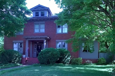 Spacious King in Downtown Culpeper - Bed & Breakfast