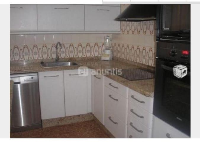 Cocina con menage completo y electrodomésticos nuevos. Incluye Horno, vitrocerámica, frigorífico y congelador y lavaplatos. Con ventana al patio interior