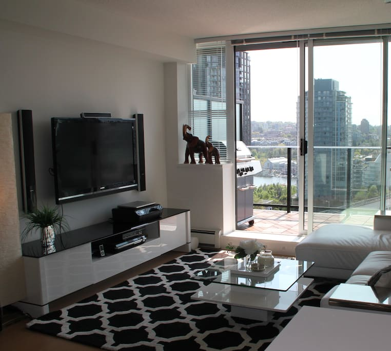 Enjoy a morning coffee on the sofa while watching the boats float by the water at Granville Island. We have a fully loaded cable with nine entertainment packages. High speed 25 mbps Internet with surround sound, Internet, Printer and Scanner.