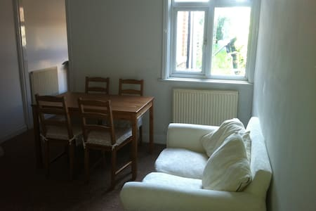 Newly decorated 4 bedroom home - Chichester