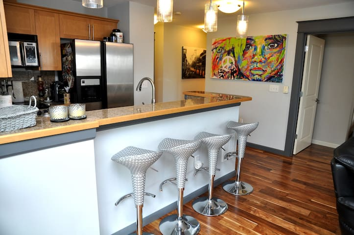 2 BR Next To Space Needle & Arena!!