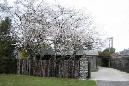 Plum Tree Cottage by  lake & river - Tauranga Taupo - Бунгало