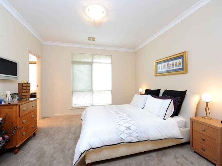Spacious master bedroom, with walk in robe on one side, en suite on the other. Cupboards and walk in robe are nice and empty, with plenty of storage.