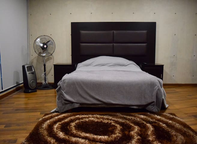 Recamara secundaria con ventilador y calefacción (portátil) Smart tv con acceso a Netflix y Youtube baño completo.