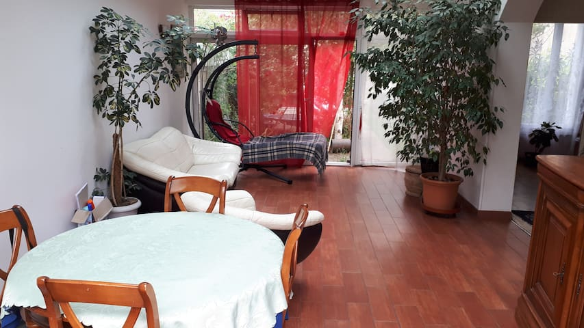 Room in  house with garden,  12-15 mins from Paris