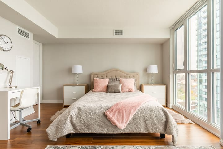 Gorgeous and Cozy DT Studio with CN Tower views