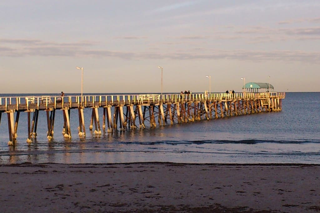 Henley Square and jetty 5 minute drive or leisurely walk away with shops and restaurants.