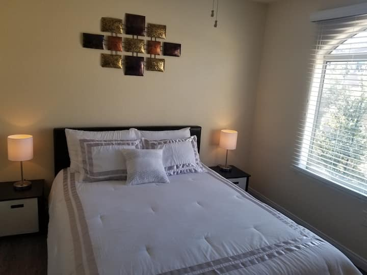 Cozy Gated secure community 2 miles strip/queenbed