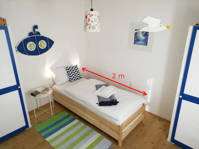 3. Schlafzimmer mit zwei Betten (auch als Einzelbett stapelbar) und Kleinkind-Bett. 3° Camera da letto con 2 letti (anche impilabili come letto singolo) e lettino per bambini. 3. Bedroom with 2 beds (also stackable as single bed) and infant bed.