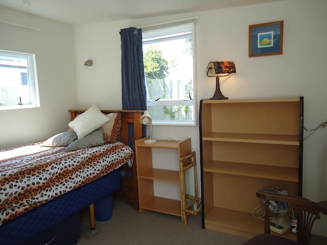 Cute Sunny Sleep Out, Unlimited Wifi - Christchurch - Cottage