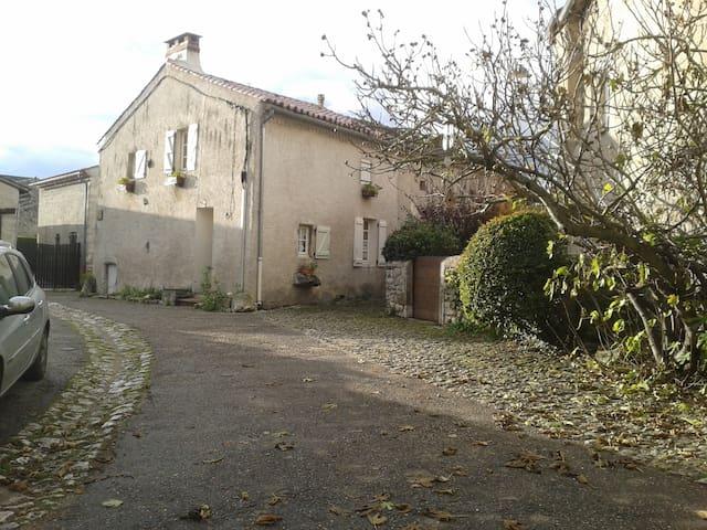 maison de vacances parking herbagé rare à Charroux - Charroux - House