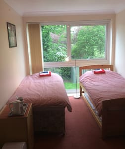 Nice Room + Free Wi-Fi & Breakfast - West Wickham  - House
