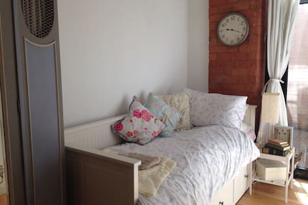 Single/double room, great location!