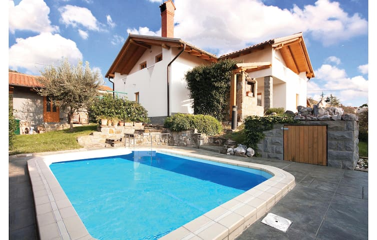 Holiday cottage with 3 bedrooms on 196 m² in Dekani
