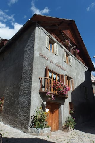 Ancien Hotel, Artists. Room 7 - Saint-Dalmas-le-Selvage - Bed & Breakfast