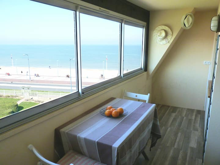 Seaview flat at 100ft from beach